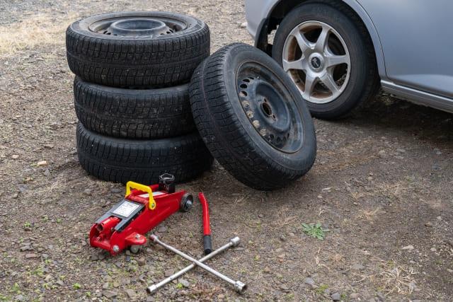 車買取査定とタイヤの溝の関係は?スタッドレス・スペアの有無も査定額に影響