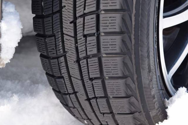 車買取で冬タイヤがプラス査定になる可能性!スタッドレスの査定額・買取相場